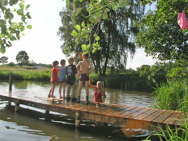 Kinder beim Baden am Teich
