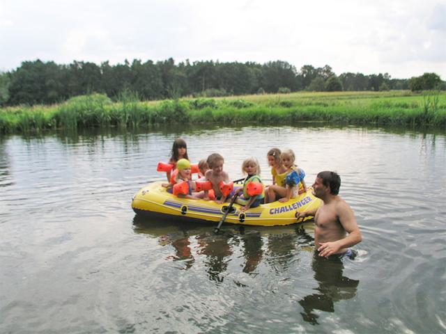 Kinder fahren mit dem Schlauchboot