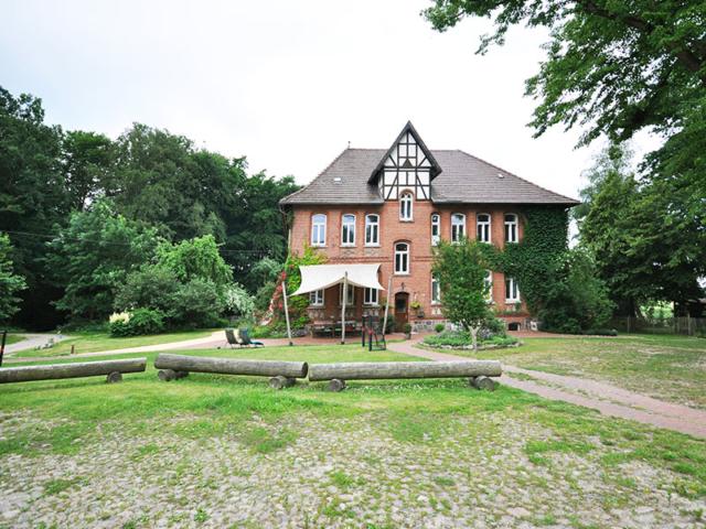 Rübenburg von außen mit Garten.